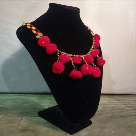 Collar Pompon Tiras Laterales